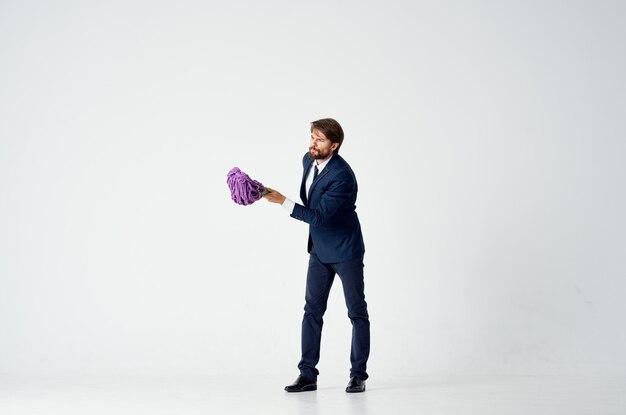 Мужчина моет полы с помощью швабры, менеджер по работе в офисе