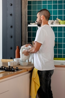 お皿を洗う男ミディアムショット
