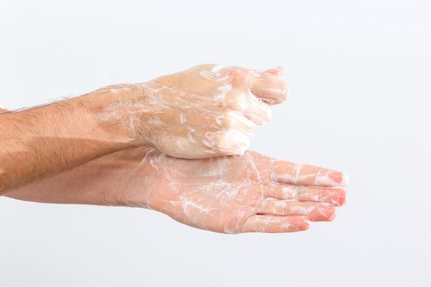 흰색 배경 위에 절연 손을 씻는 남자