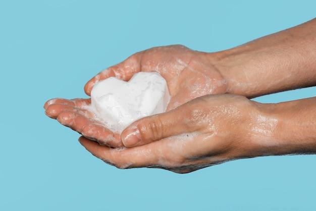 흰색 비누로 손을 씻는 사람