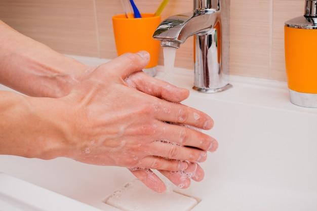 シンクで手を洗う人
