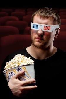 3d映画を見ている男