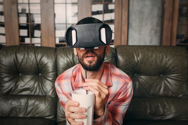 Человек смотрит захватывающий фильм в очках vr.