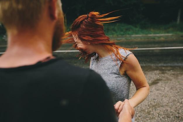 Человек смотрит свою подругу качая головой