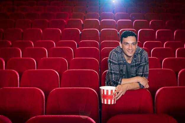 영화관에서 영화를 보는 남자