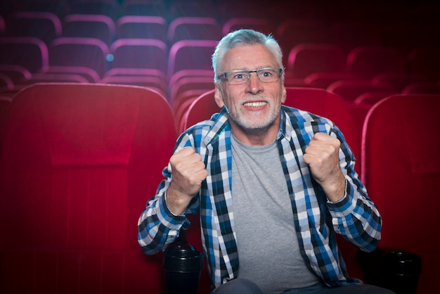 Человек смотрит фильм в кино