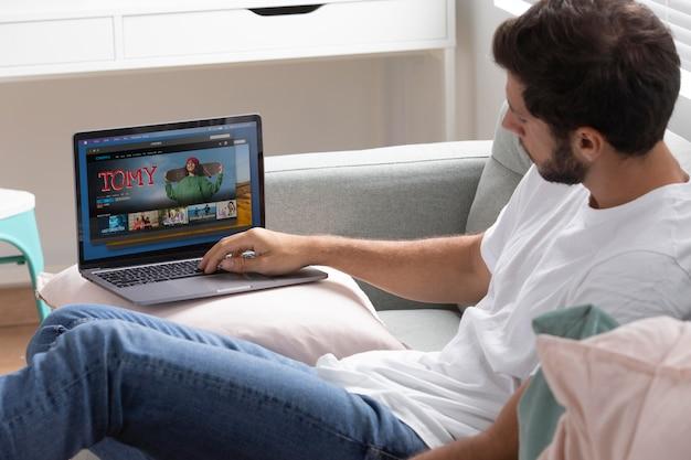 노트북으로 넷플릭스를 보는 남자