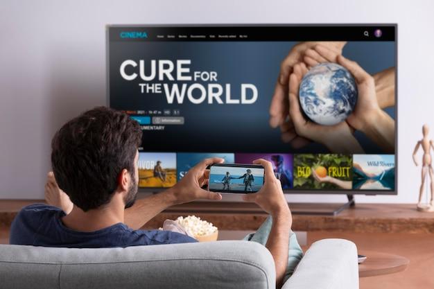 彼のテレビでnetflixを見ている男