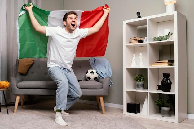 남자 tv에서 스포츠 프로그램을보고