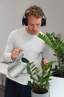 Мужчина поливает растения средний план