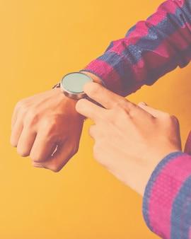 男は日常生活でスマートな腕時計を着用