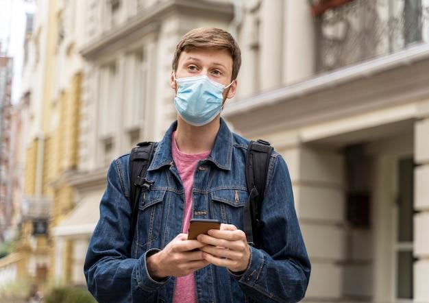 フェイスマスクを着用し、まっすぐ前を見ている男