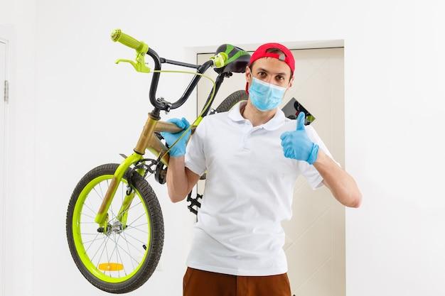 Человек в маске с велосипедом. защита от пандемии коронавируса.