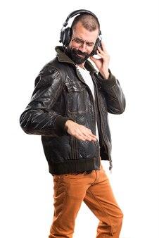 Человек в кожаной куртке, прослушивая музыку