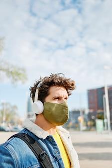 通りでマスクをしている男