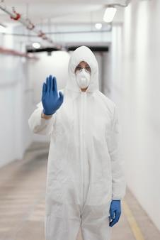 생물학적 위험에 대한 보호 장비를 착용하는 남자