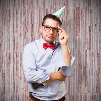 赤い蝶ネクタイとパーティー帽子を身に着けている男。深い反射で。