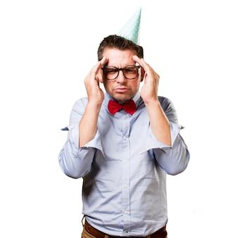 赤い蝶ネクタイとパーティー帽子を身に着けている男。深い思考で探し