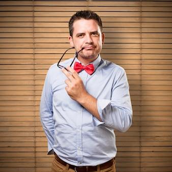 赤い蝶ネクタイを身に着けている男。セクシーな探しています。