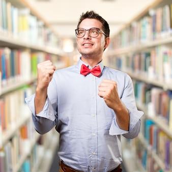 Человек, одетый в красный галстук. глядя успешно.