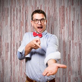 赤い蝶ネクタイを身に着けている男。何かを提供しています。