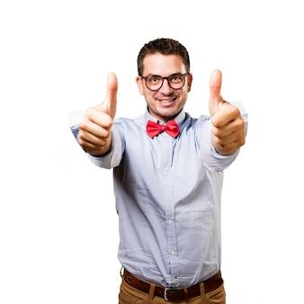 赤い蝶ネクタイを身に着けている男。