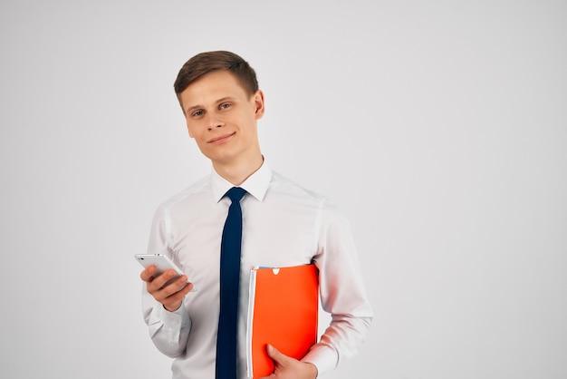 ネクタイ付きシャツを着た男赤いフォルダー公式作品