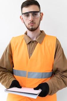 특수 산업 보호 장비를 착용하는 남자