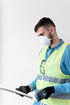 Человек, носящий специальное промышленное защитное оборудование