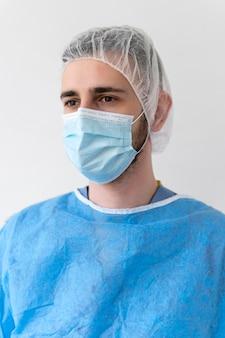 특수 의료 보호 장비를 착용하는 남자