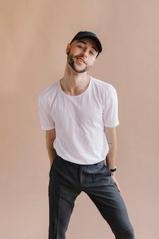 흰색 티셔츠를 입은 남자