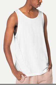 Uomo che indossa indumenti da notte canotta bianca di base con spazio per il design