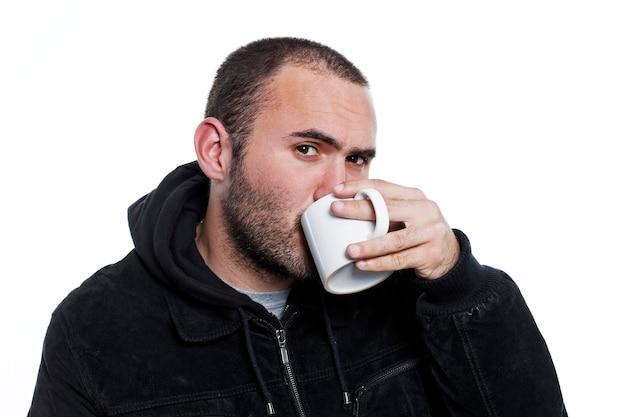 お茶を飲んで黒いジャケットを着た男