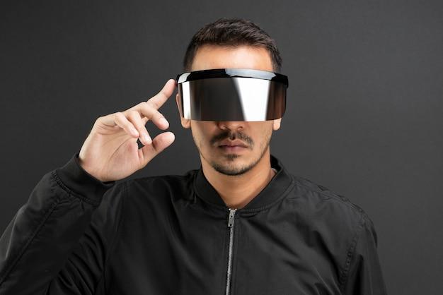 검은 방패 안경을 착용하는 남자