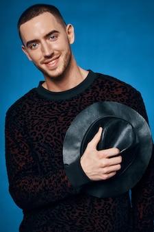 Человек в черном свитере, модная одежда, уличный стиль, синий фон