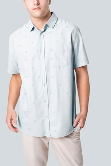 等号デザインの青いシャツを着た男