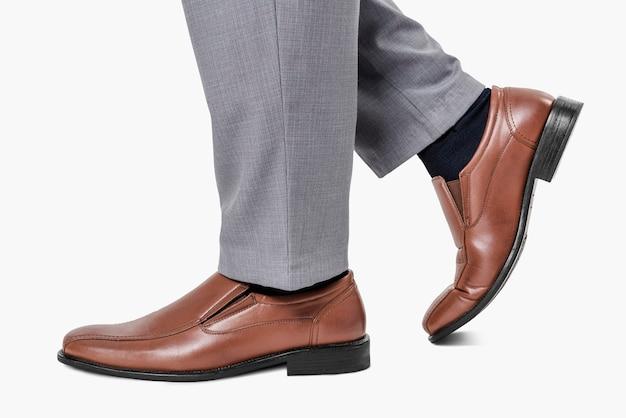 茶色の革のローファーの靴を履いている男