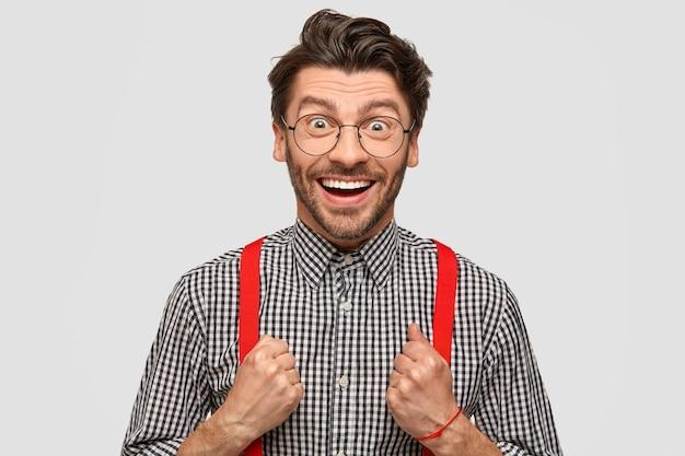 Uomo che indossa camicia a scacchi e bretelle rosse