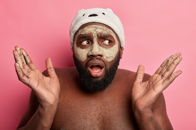 Uomo che indossa una maschera cosmetica sul viso per la cura della pelle dermatologica