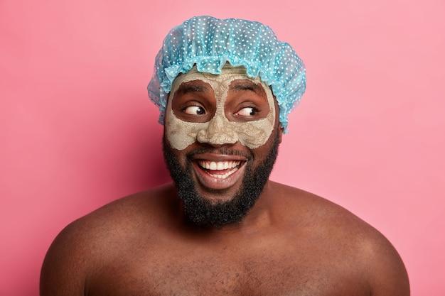 Человек, носящий косметическую маску на лице для дерматологии по уходу за кожей