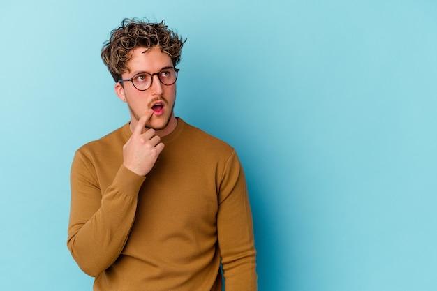 블루에 고립 된 안경을 착용하는 남자