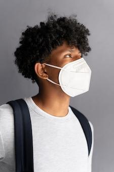 Uomo che indossa la maschera da vicino
