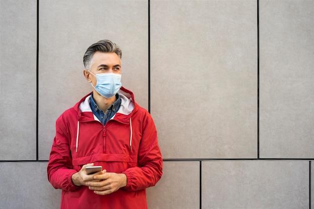 Человек в маске на открытом воздухе