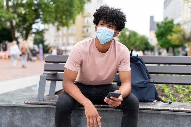 屋外でフェイスマスクを着用している男性
