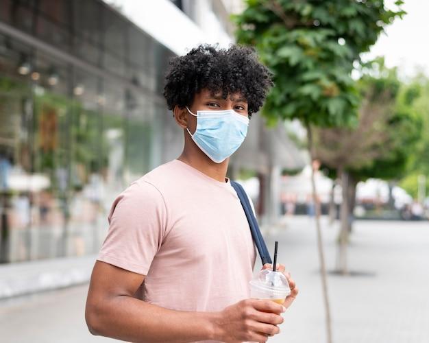 Uomo che indossa la maschera all'esterno