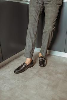 フォーマルな靴を履いている男