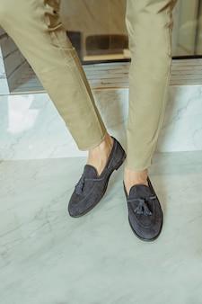 공식적인 신발을 착용하는 남자