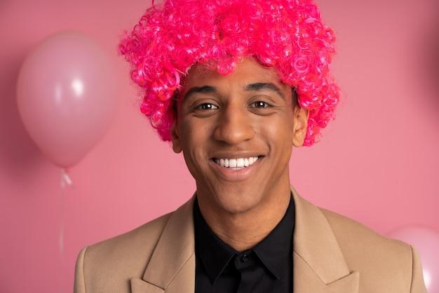 Uomo che indossa una parrucca divertente a una festa