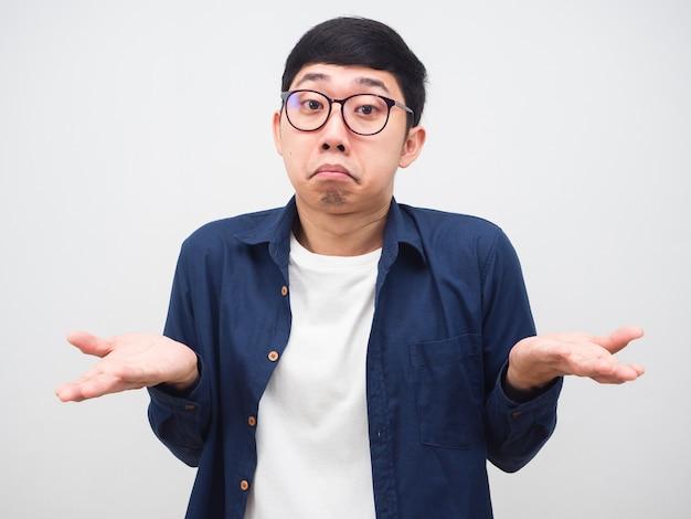 Человек в очках жест, который я не знаю, и показывает руку, чувствуя себя смущенным