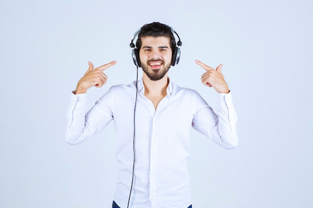 헤드폰을 착용하고 음악을 즐기는 남자